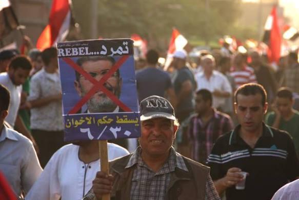 Manifestante con una pancarta contra Mursi. J. Giorgi