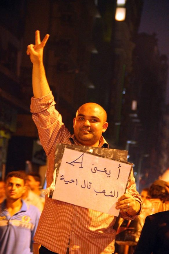 Un joven celebra en la céntrica avenida Talaat Harb la destitución de Mursi. J. Giorgi